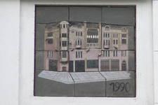 Avenue Louise 413, Bruxelles Extension Est, Le Monte-Carlo,panneau en céramique illustrant la reconstruction du bâtiment en 1990 par M. Poons (© SPRB-BDU, photo 2006)