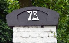 Dieweg 73, Uccle, amortissement du pilier avec numéro de police (© CM, photo 2014)